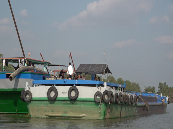Sand-mining boat with registration number LA-07135 is seen on the Tra On River, February 23, 2021. Photo: Chi Hanh / Tuoi Tre