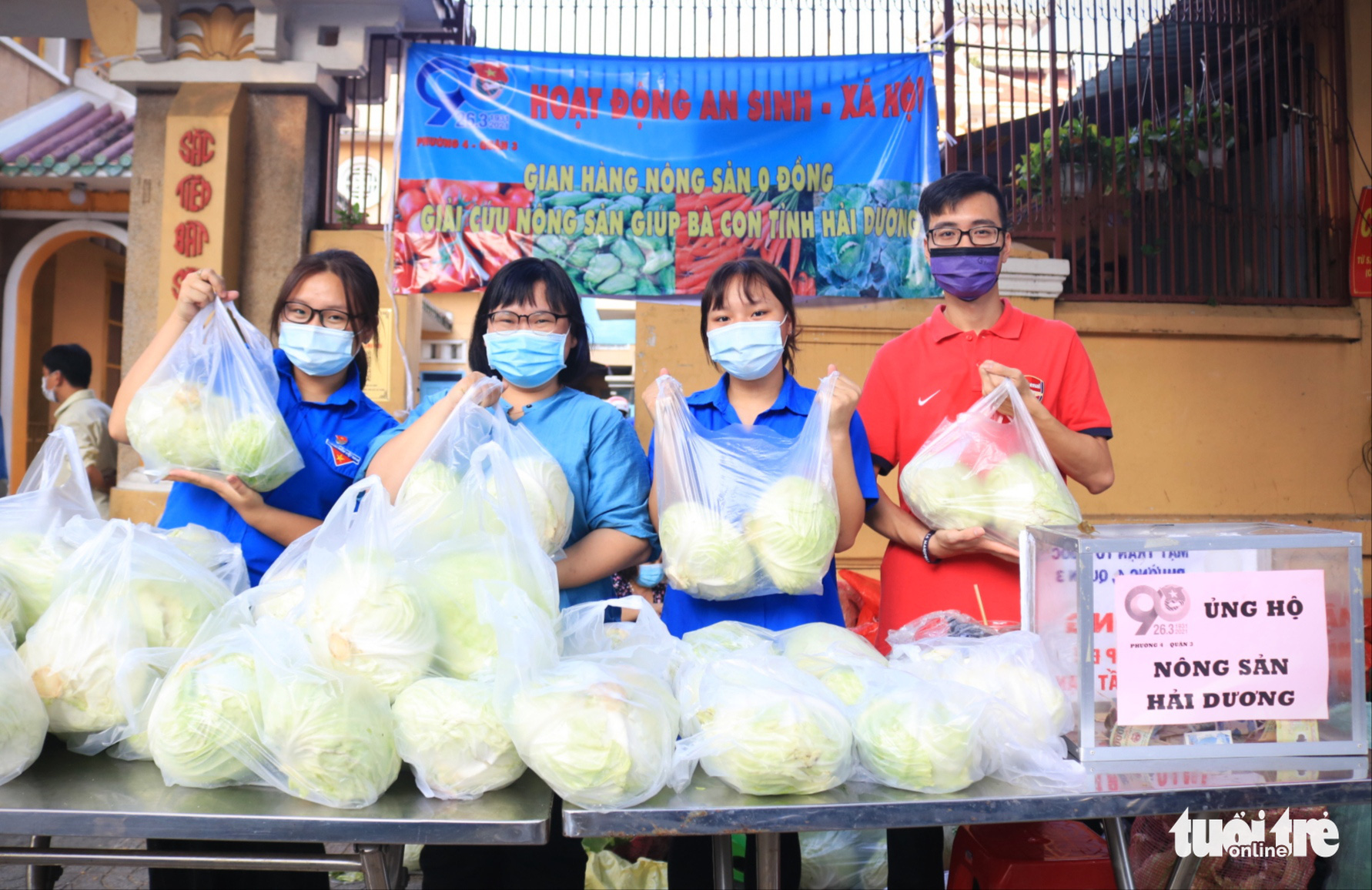 A makeshift stall of cabbages rescued from northern Hai Duong Province is set up in front of Phat Buu Pagoda in District 3, Ho Chi Minh City, February 23, 2021. Photo: Nhat Thinh / Tuoi Tre