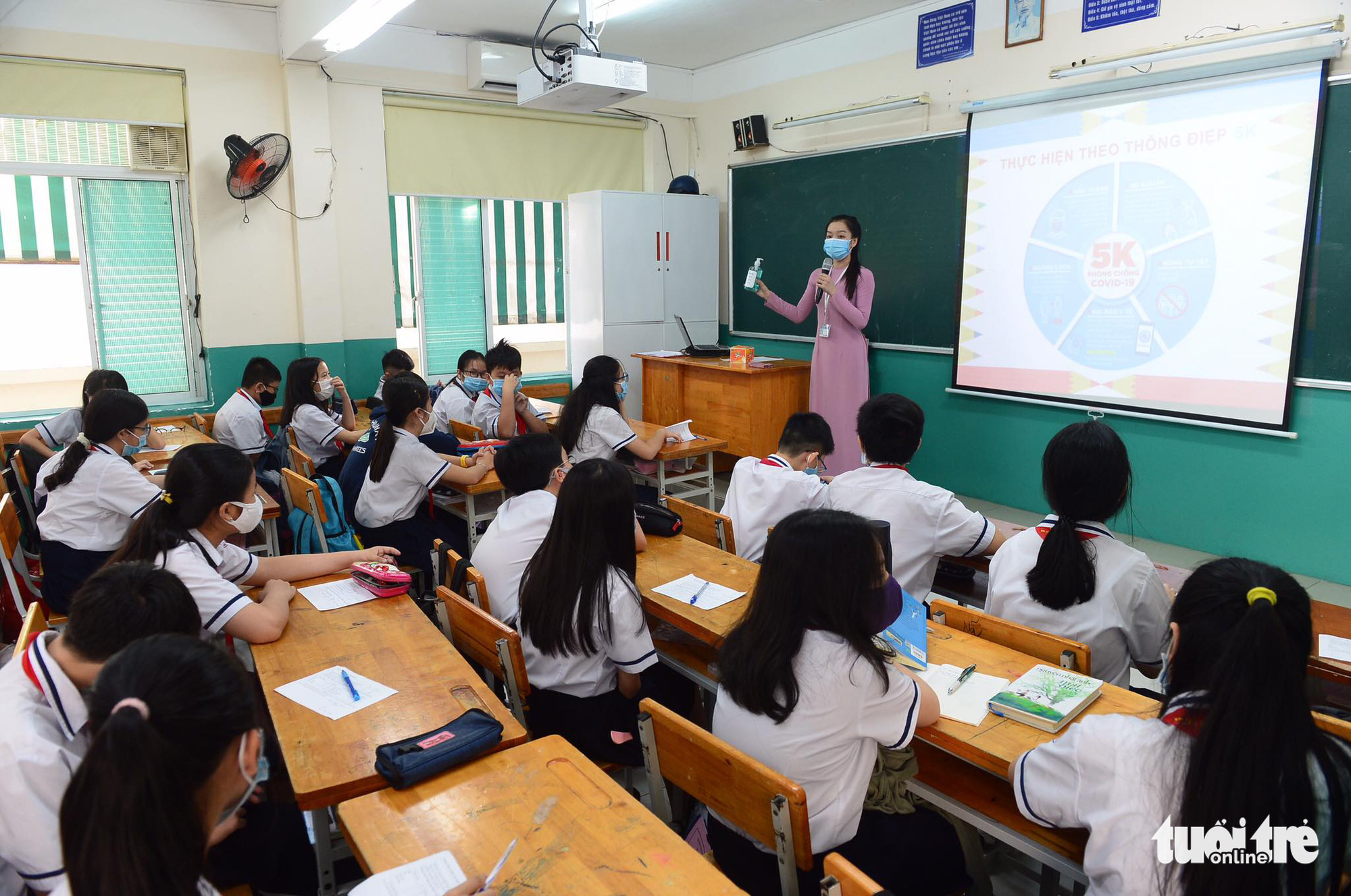 A teacher informs her students of COVID-19 prevention and control rules at Nguyen Du Middle School in District 1, Ho Chi Minh City, March 1, 2021. Photo: Quang Dinh / Tuoi Tre