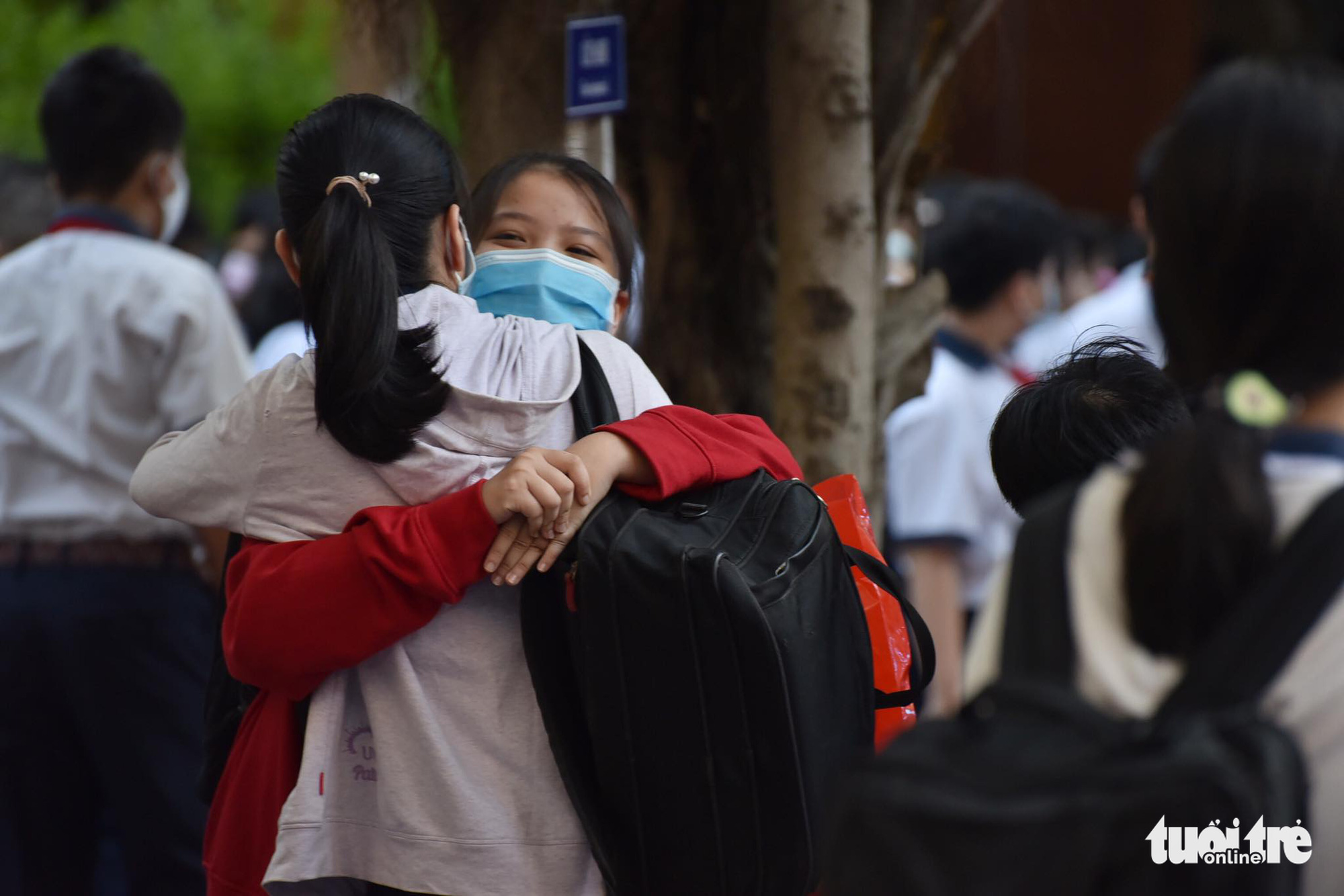 Two students hug each other at Le Van Tam Middle School in Binh Thanh District, Ho Chi Minh City, March 1, 2021. Photo: Ngoc Phuong / Tuoi Tre