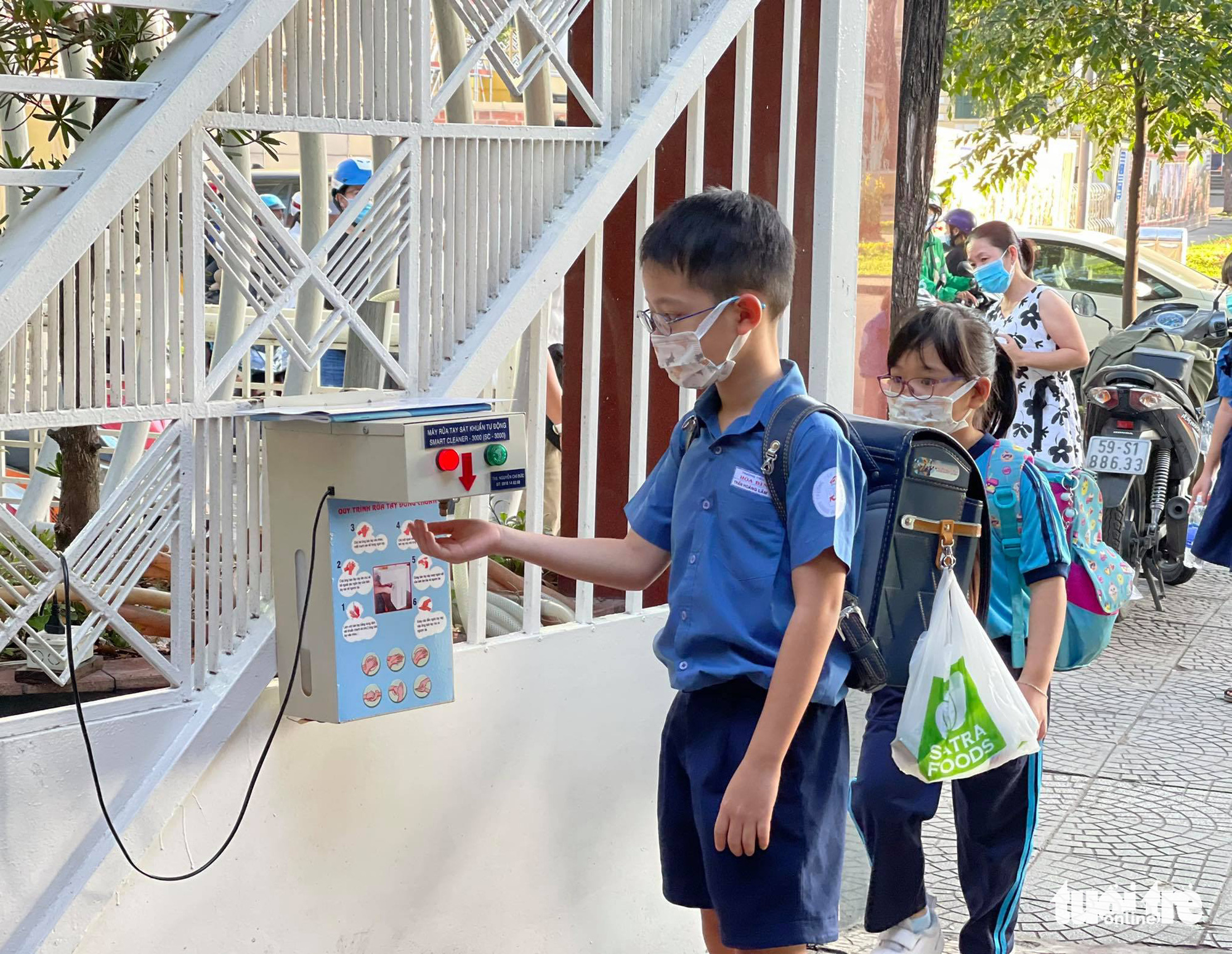 An automatic hand sanitizer is installed at Hoa Binh Elementary School in District 1, Ho Chi Minh City, March 1, 2021. Photo: Thao Thuong / Tuoi Tre