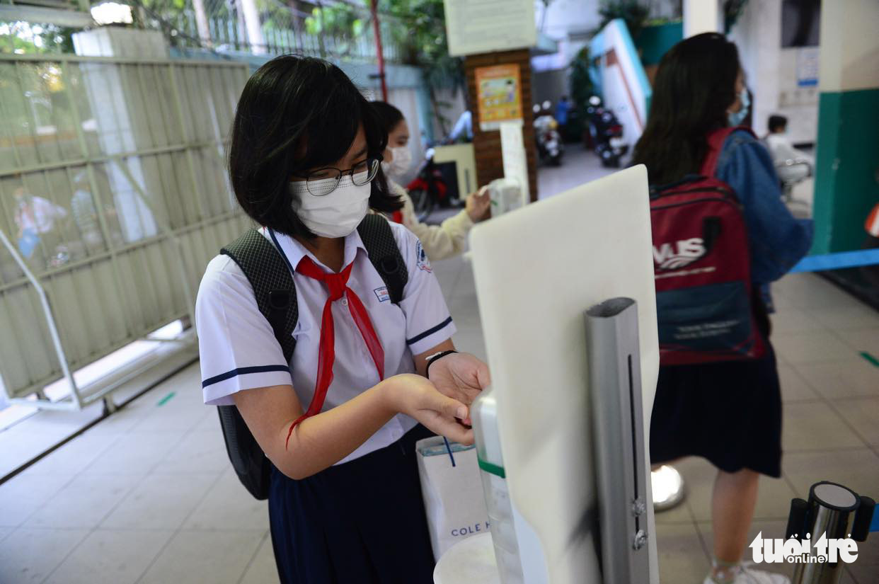 A student washes her hands at Nguyen Du Middle School in District 1, Ho Chi Minh City, March 1, 2021. Photo: Quang Dinh / Tuoi Tre
