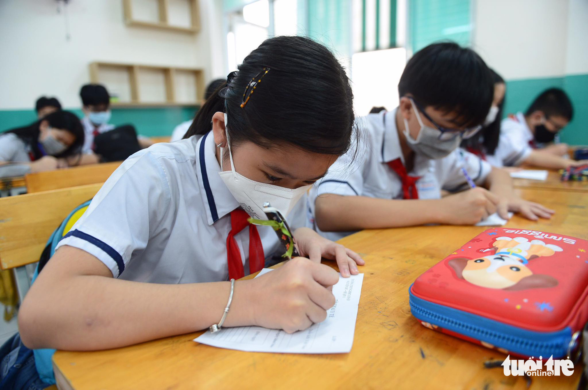 Students fill in health declarations at Nguyen Du Middle School in District 1, Ho Chi Minh City, March 1, 2021. Photo: Quang Dinh / Tuoi Tre