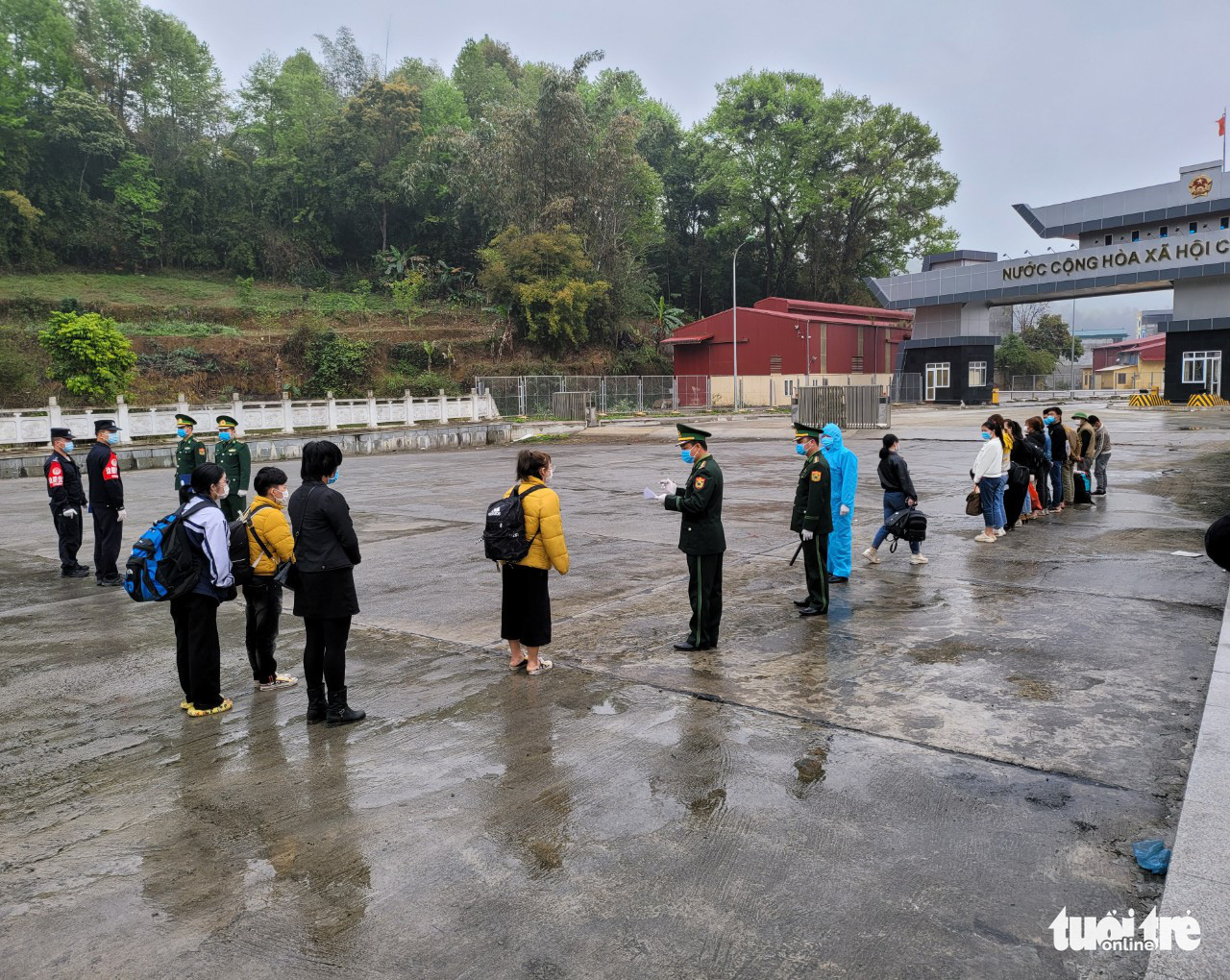 Vietnamese border jumpers are handed over by Chinese authorities to border guard officers in Cao Bang Province, Vietnam, February 28, 2021. Photo: Xuan Chien / Tuoi Tre