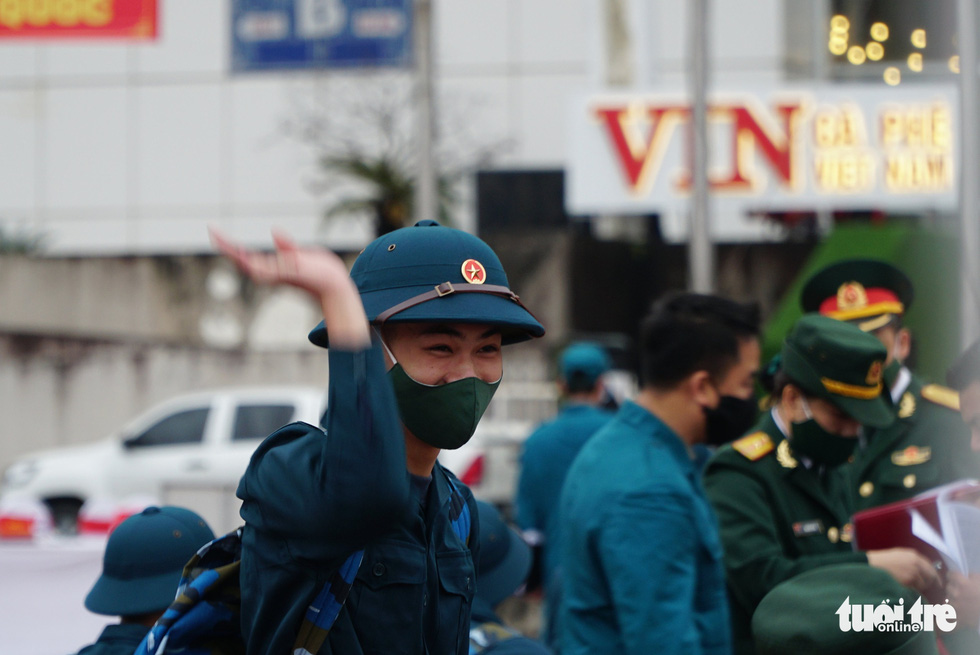 A military enlistee waves goodbye at My Dinh Stadium in Hanoi's Nam Tu Liem District, February 27, 2021. Photo: Nguyen Hien / Tuoi Tre