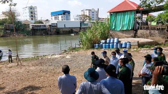 A cohort of An Giang Province officials visit the Binh Di River, a pathway that border jumpers from Cambodia frequently uses, March 2, 2021. Photo: Buu Dau / Tuoi Tre