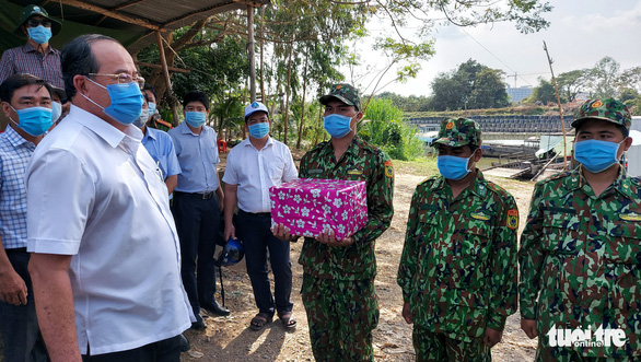 Soldiers at a COVID-19 control post near the Cambodia border of An Giang Province receive gifts from An Giang authority, March 2, 2021. Photo: Buu Dau / Tuoi Tre