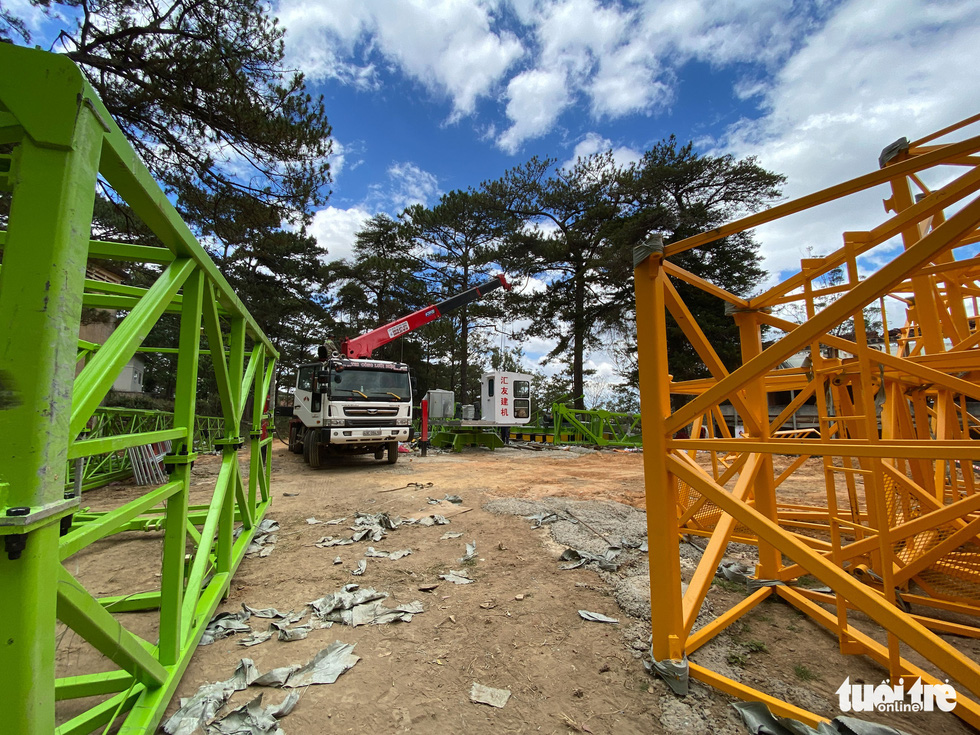 Machines are brought to the mission to remove severely destroyed ares. Photo: Duc Tho / Tuoi Tre