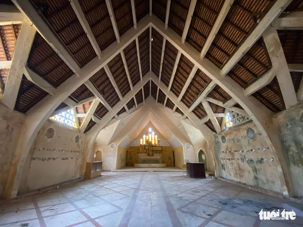 Inside the main chapel. Photo: Duc Tho / Tuoi Tre