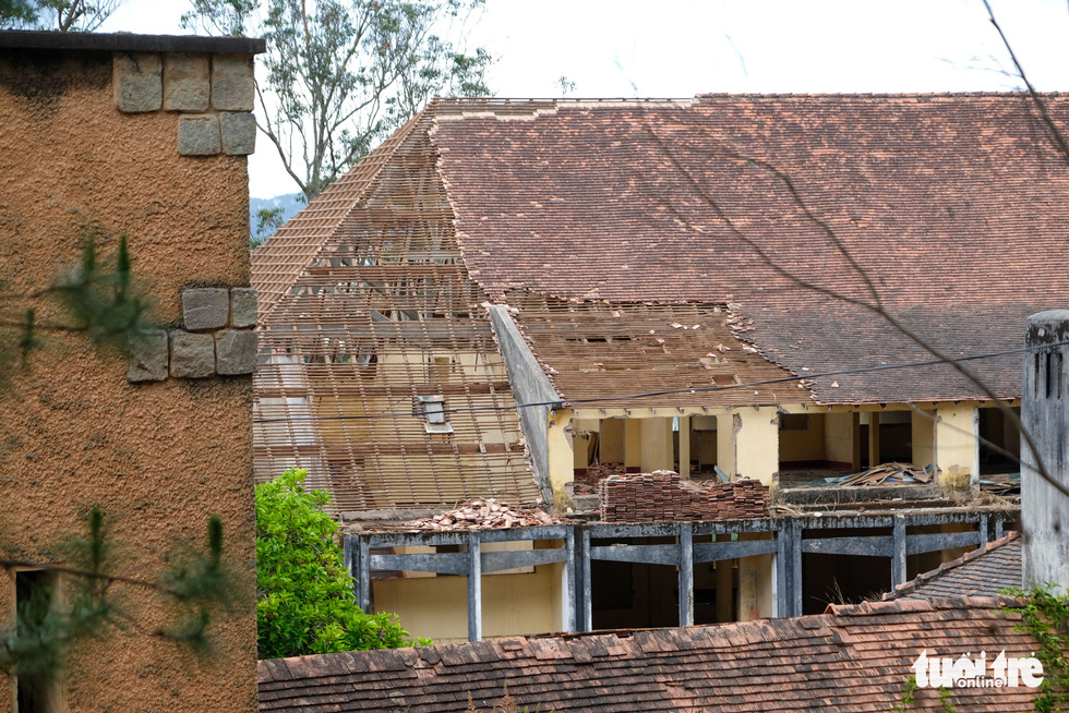 The residential building's roof is removed for restoration. Photo: Duc Tho / Tuoi Tre