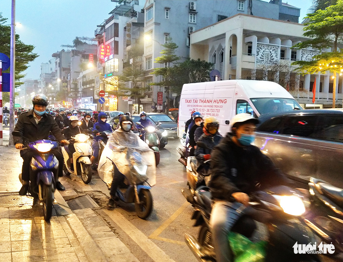 This photo shows the traffic congestion on Nguyen Luong Bang Street in Hanoi, March 5, 2021. Photo: H.Q. / Tuoi Tre