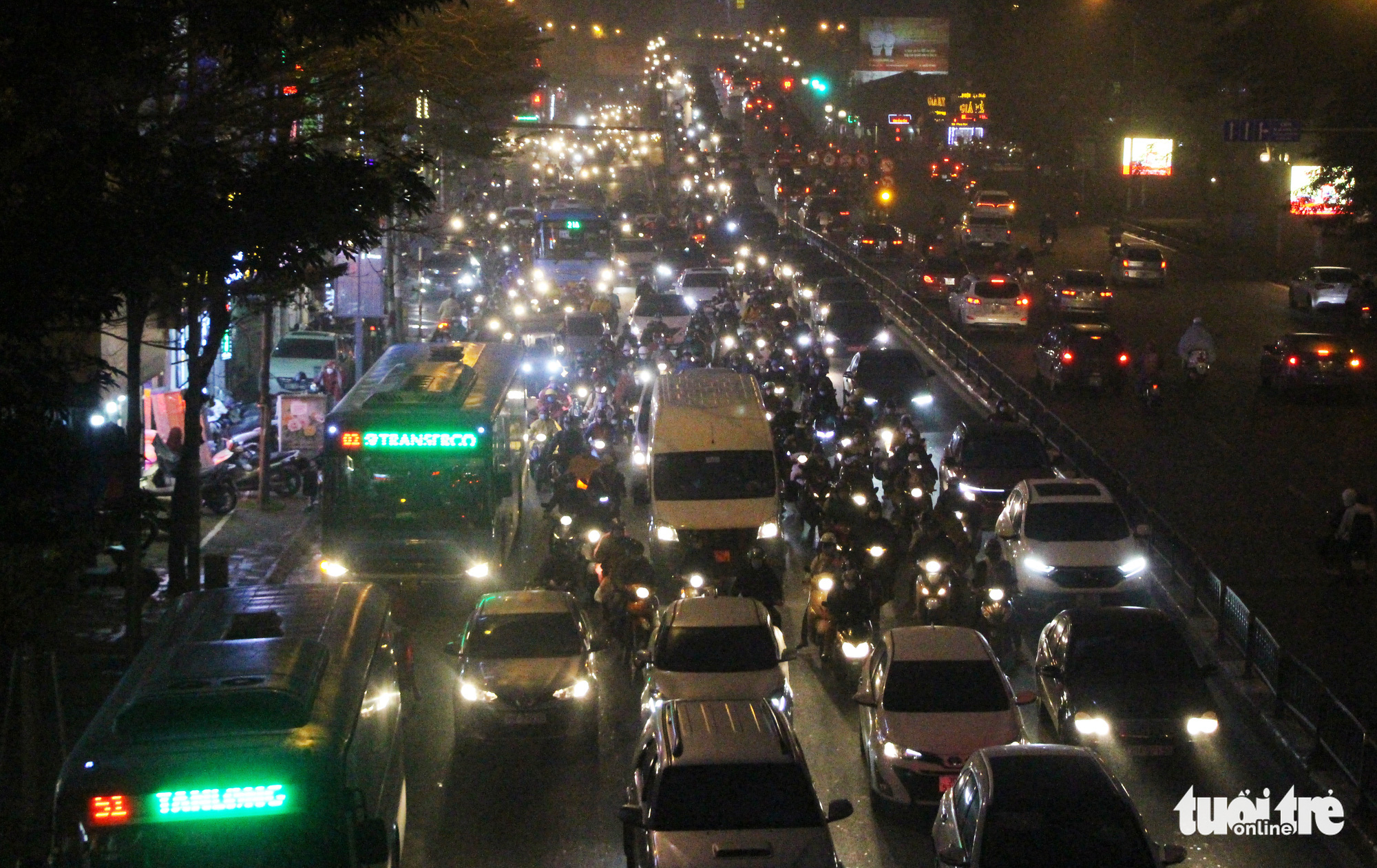 This photo shows the heavy traffic congestion on Tay Son Street in Hanoi, March 5, 2021. Photo: H.Q. / Tuoi Tre
