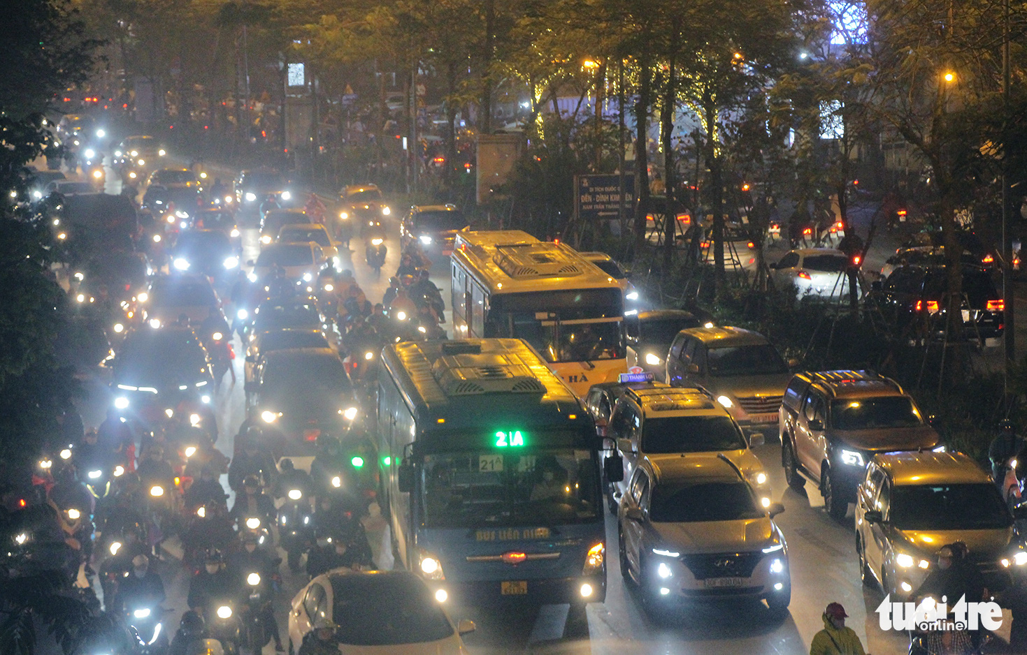 This photo shows the heavy traffic congestion on Xa Dan Street in Hanoi, March 5, 2021. Photo: H.Q. / Tuoi Tre