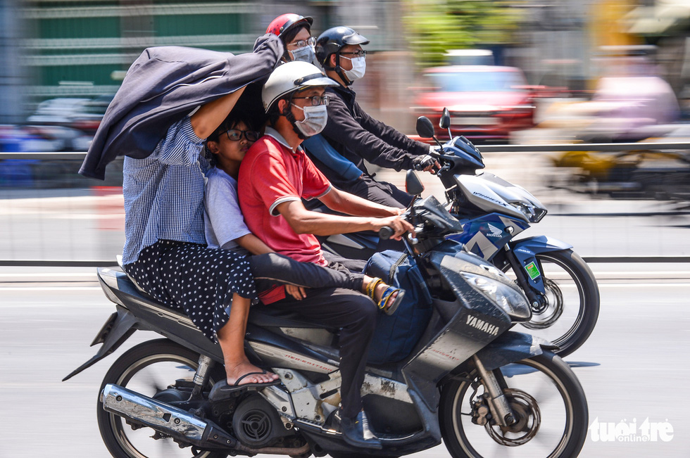 People travel under the scorching sun in Ho Chi Minh City. Photo: Quang Dinh / Tuoi Tre
