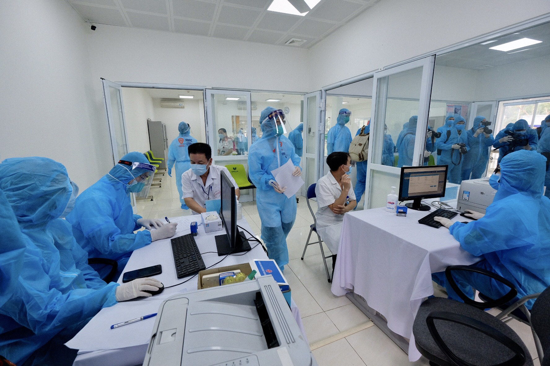 COVID-19 vaccination is carried out at the National Hospital for Tropical Diseases in Hanoi, March 8, 2021. Photo: Nam Tran / Tuoi Tre