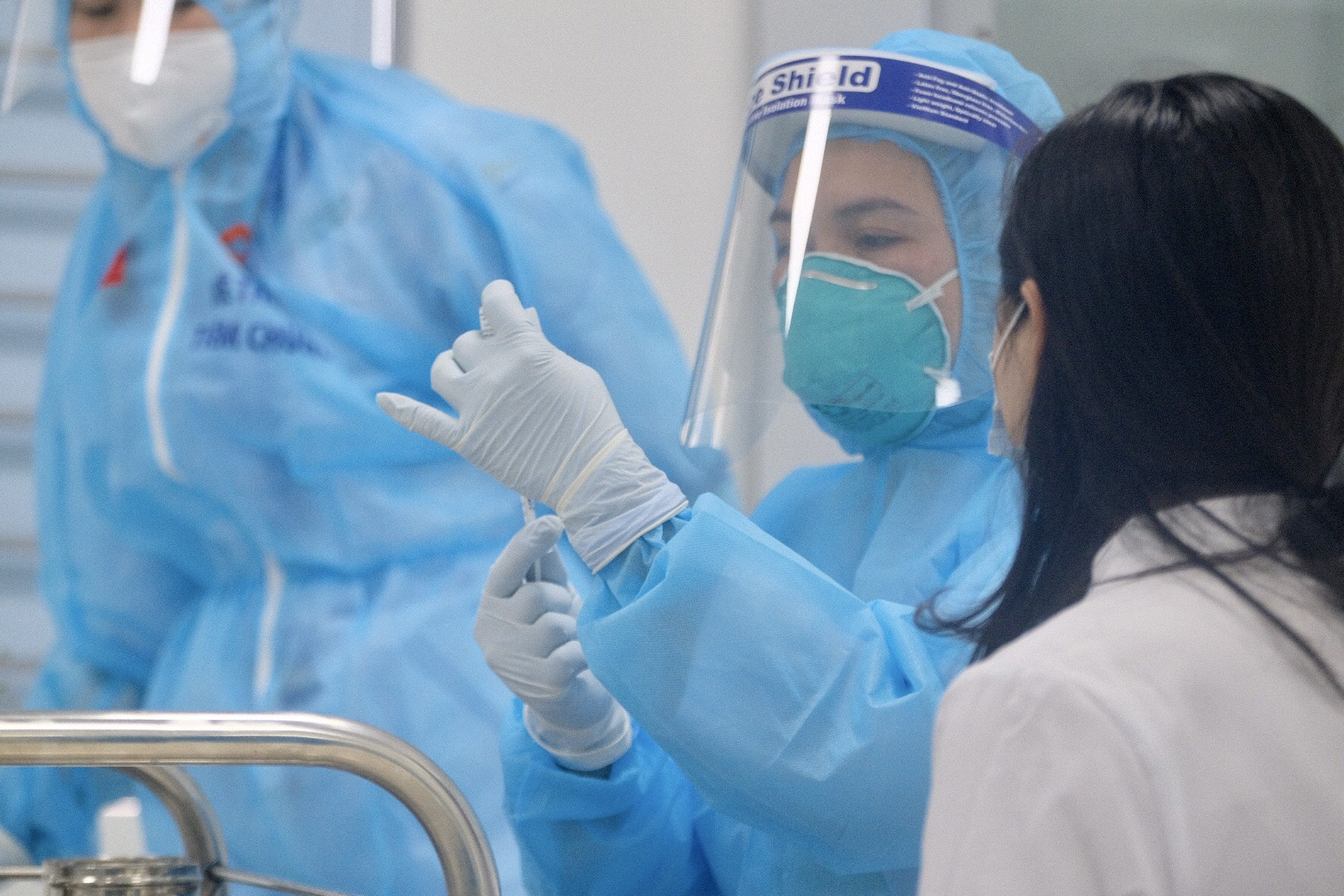 A health worker prepares for COVID-19 vaccination at the National Hospital for Tropical Diseases in Hanoi, March 8, 2021. Photo: Nam Tran / Tuoi Tre