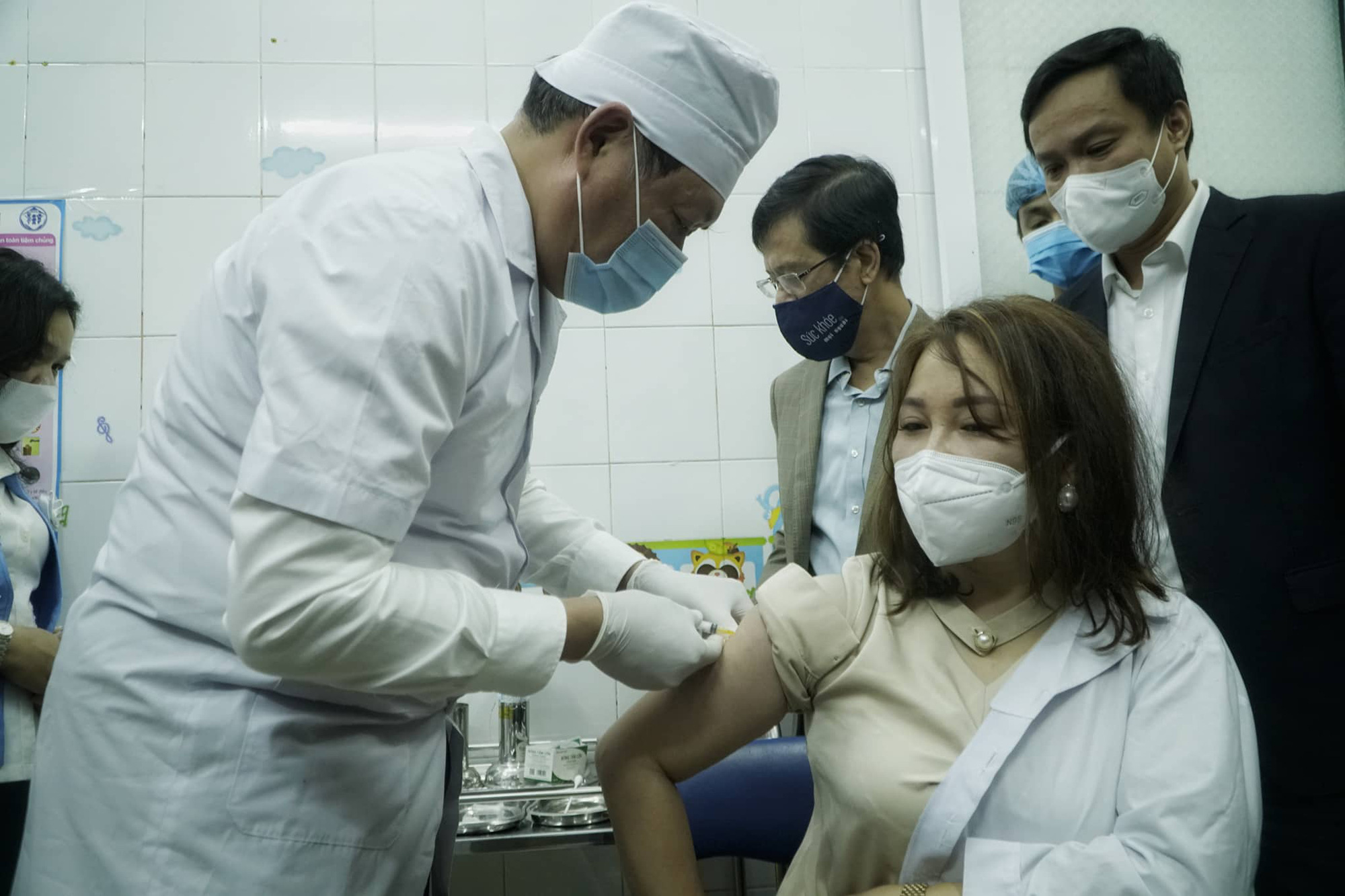 Deputy Minister of Health Do Xuan Tuyen vaccinates an employee of the medical center in Hai Duong City, Hai Duong Province, Vietnam, March 8, 2021. Photo: Pham Tuan / Tuoi Tre