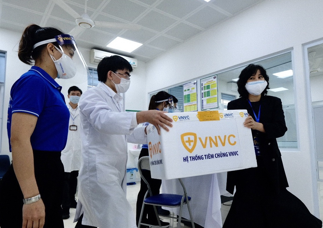 COVID-19 vaccine doses are brought to the National Hospital for Tropical Diseases in Hanoi, March 8, 2021. Photo: Nam Tran / Tuoi Tre