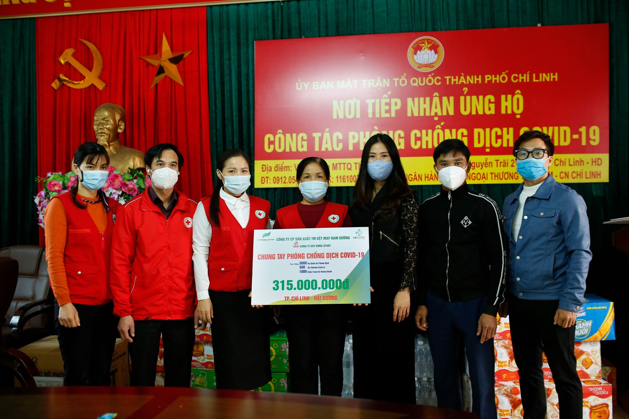 Nguyen Yen (3rd right) and her business partners are pictured during a charitable activity. Photo: G. Hoang / Tuoi Tre