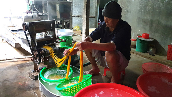 Ho Dac Kia handles threads of corn vermicelli in his workshop. Photo: Duy Thanh / Tuoi Tre
