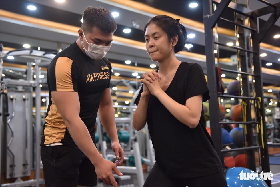 Luong Gia Yen does exercises under the guidance of her personal trainer at a gym in Binh Thanh District, Ho Chi Minh City, March 9, 2021. Photo: Ngoc Phuong / Tuoi Tre