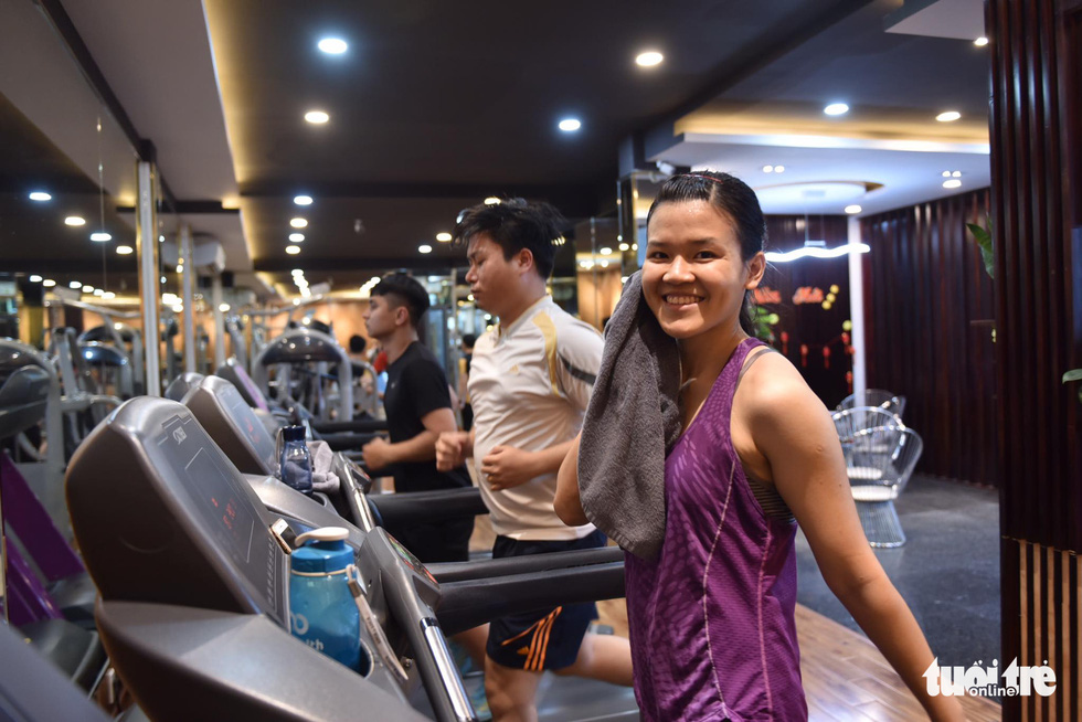 Phuong Thao works out on a treadmill at a gym in Binh Thanh District, Ho Chi Minh City, March 9, 2021. Photo: Ngoc Phuong / Tuoi Tre