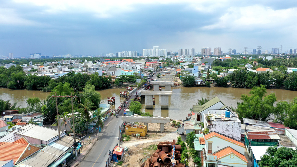 The Long Kieng Bridge has been unfinished for years in Nha Be District, Ho Chi Minh City. Photo: Tu Trung / Tuoi Tre