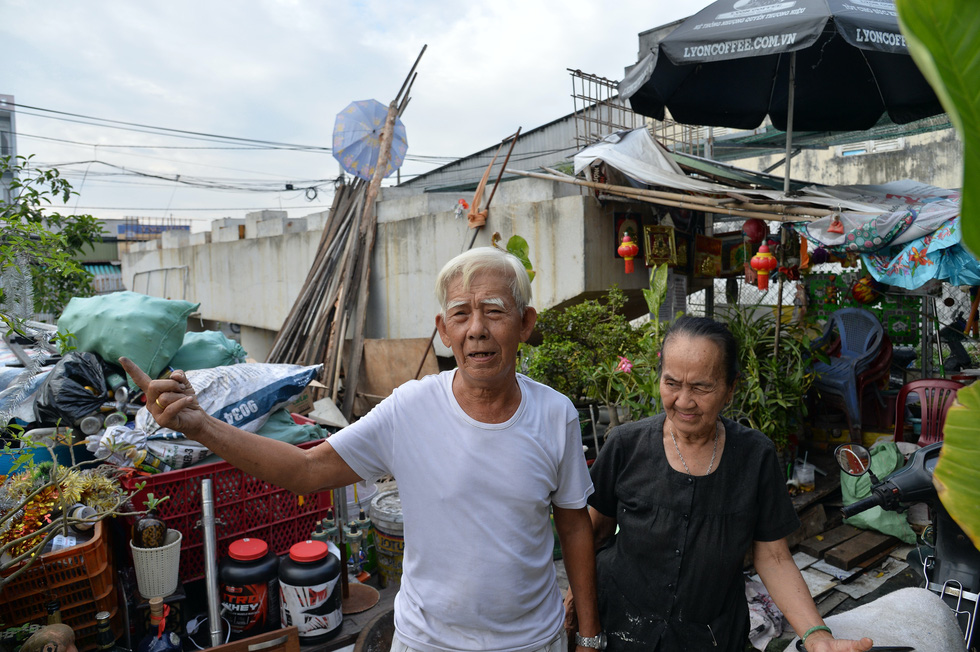 Le Thanh Ngoc, 73, and his 72-year-old wife Tran Thi Lieu yearn for a new bridge along Le Van Luong Street in Nha Be District, Ho Chi Minh City on a daily basis. Photo: Tu Trung / Tuoi Tre