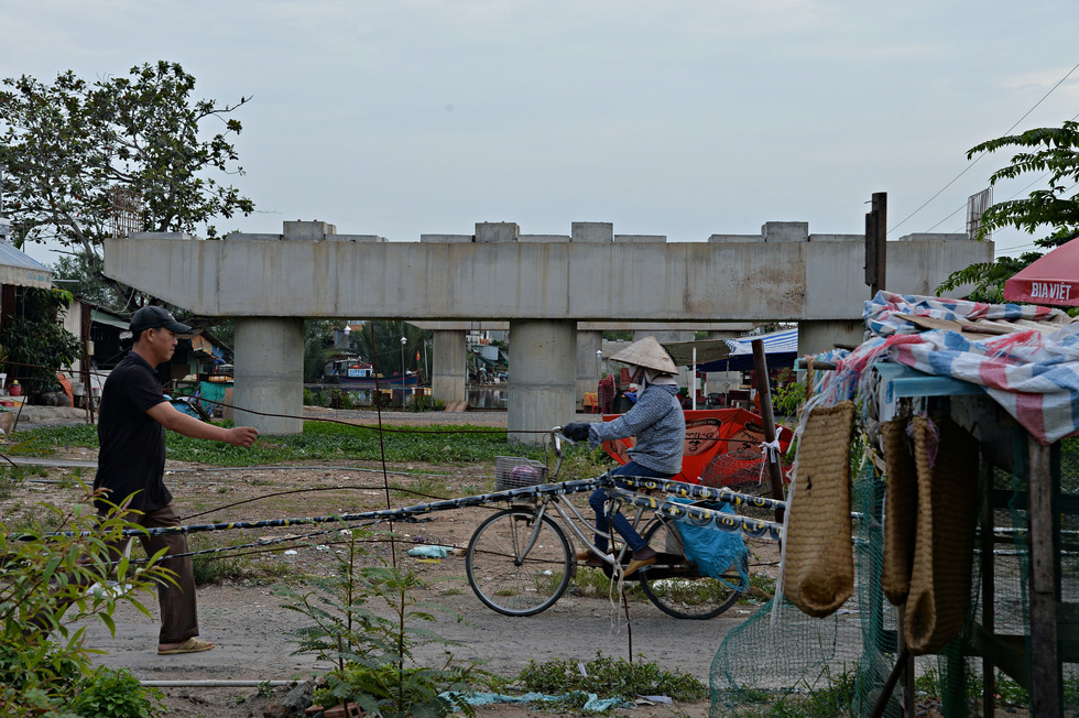 Only local residents suffer when the Long Kieng Bridge has been unfinished for years in Nha Be District, Ho Chi Minh City. Photo: Tu Trung / Tuoi Tre