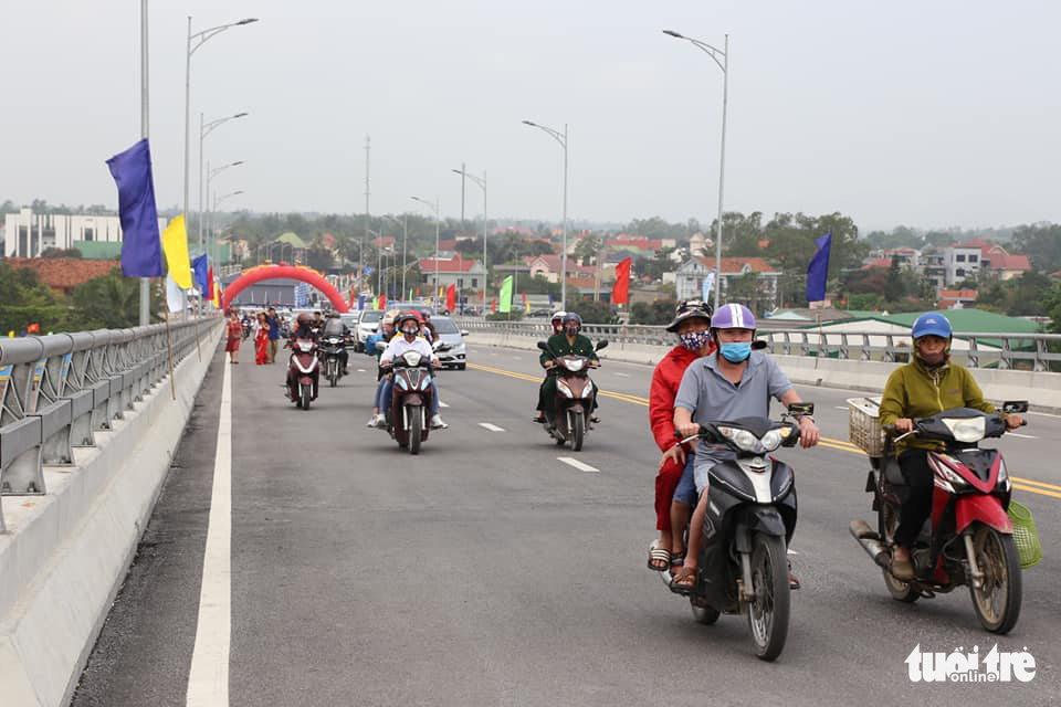 Vehicles travel on the Cua Hoi Bridge connecting Nghe An and Ha Tinh Provinces after its inauguration ceremony, March 14, 2021. Photo: Doan Hoa / Tuoi Tre