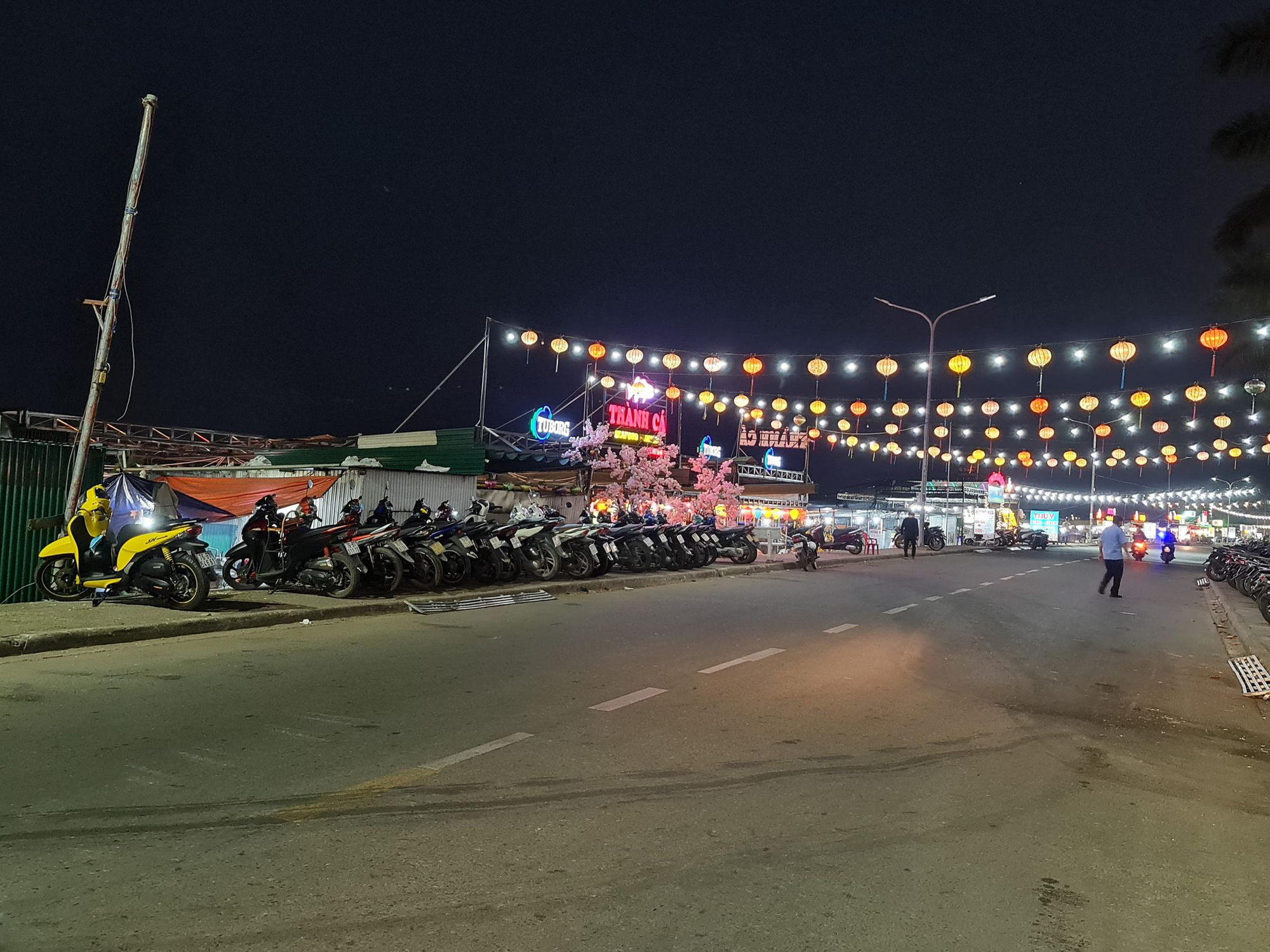 Motorbikes are parked on the sidewalks at Song Tra night market in Quang Ngai City, Quang Ngai Province, Vietnam, March 15, 2021. Photo: Tran Mai / Tuoi Tre