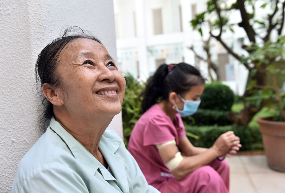 68-year-old Tran Thi Ut (left) remains in high spirit no matter how harsh life is. Photo: Duyen Phan / Tuoi Tre