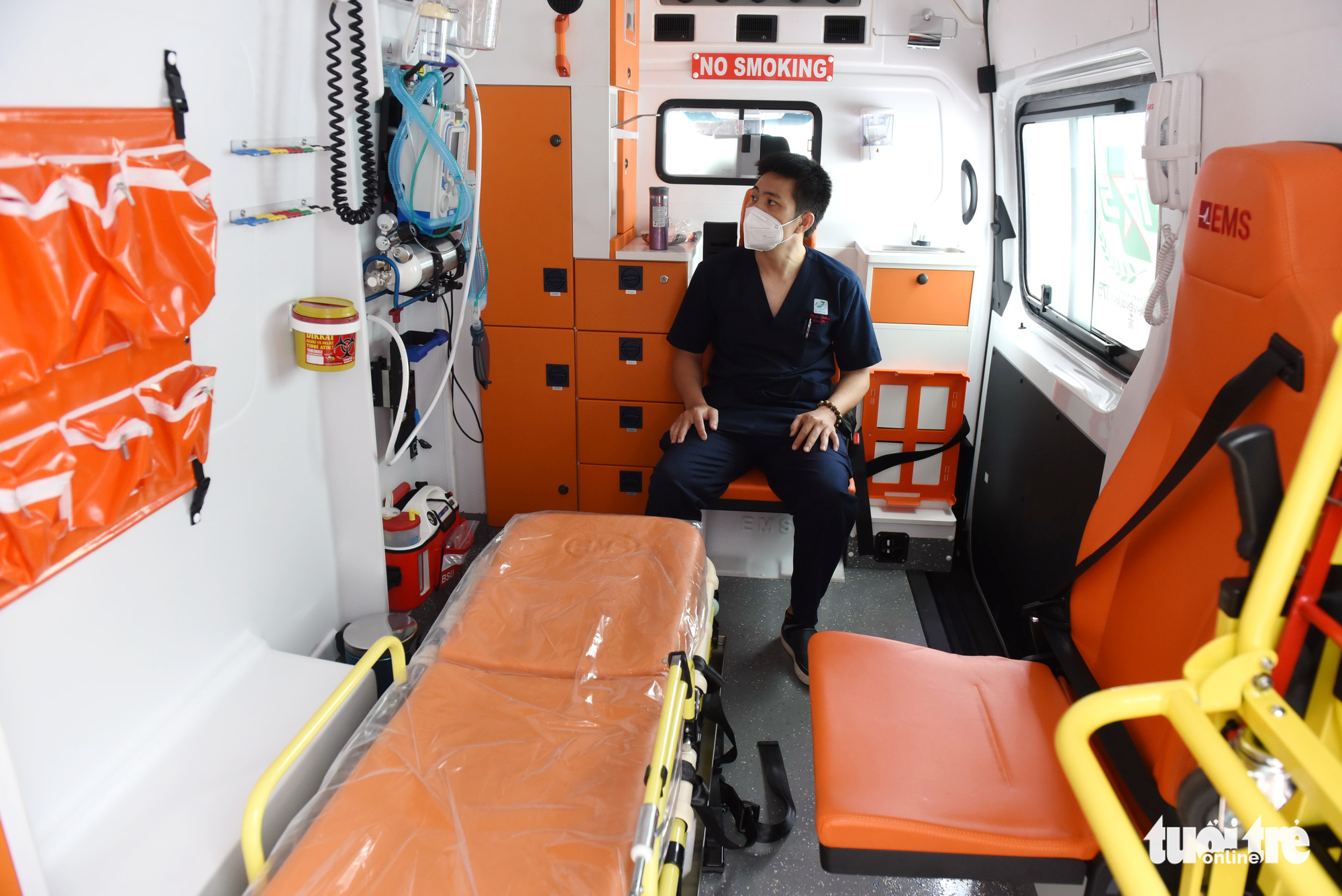 An ambulance is ready to handle postvaccinal responses. Photo: Duyen Phan / Tuoi Tre